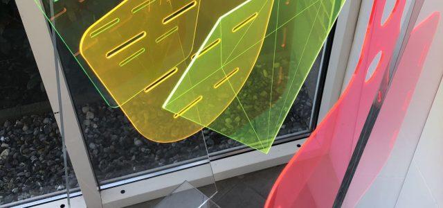 farvede plader i hård plast